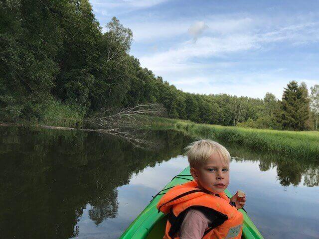 Dziecko na spływie kajakowym